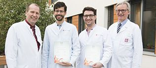Univ.-Prof. Dr. Christoph Düber freut sich mit Dr. Daniel Pinto dos Santos, Dr. Andreas Hötker und Prof. Dr. Peter Mildenberger über die Auszeichnungen auf dem Europäischen Radiologiekongress Bildquelle: Anne Keuchel (Universitätsmedizin Mainz)